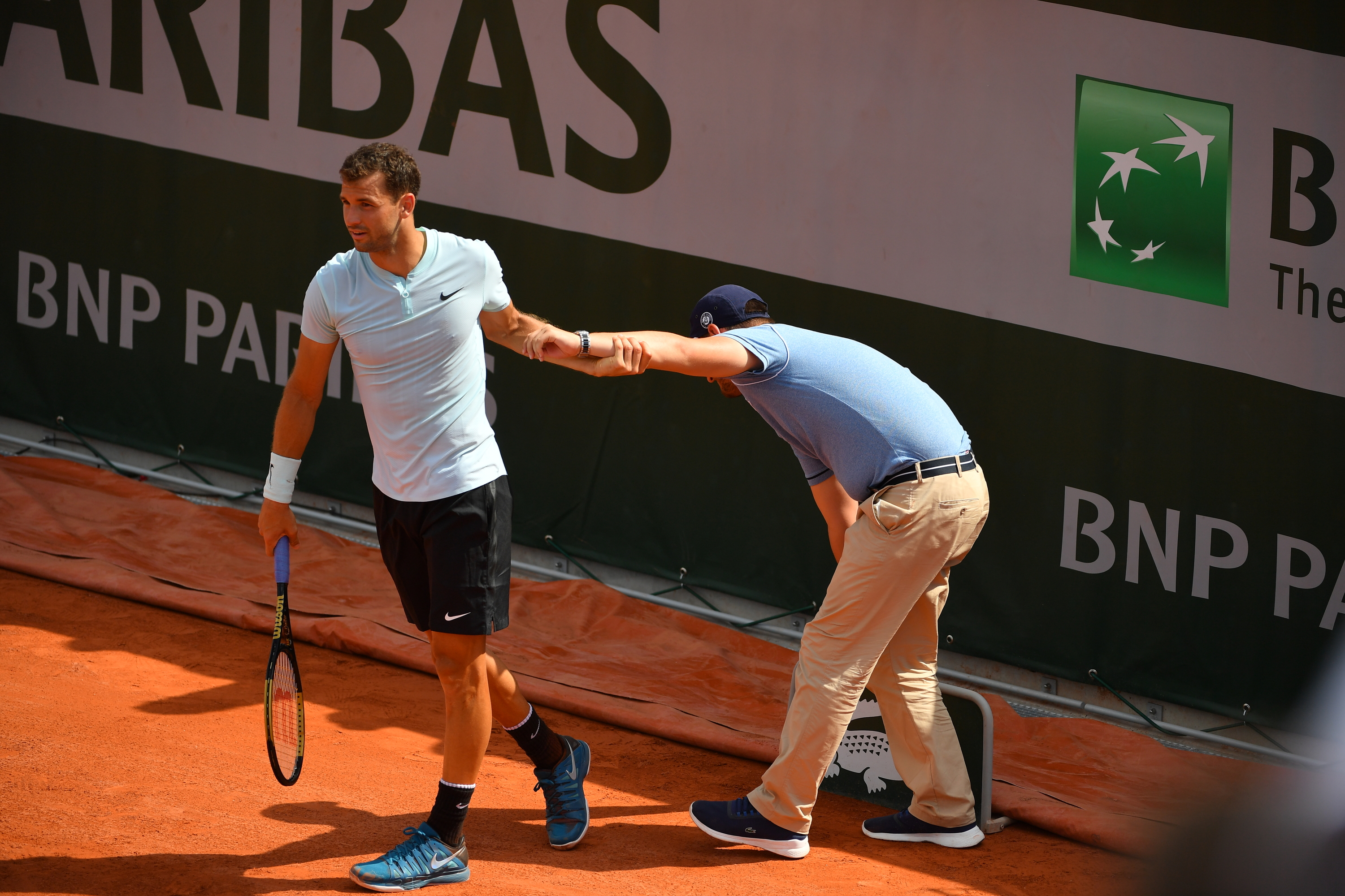 Grigor Dimitrov helping a line judge during Roland-Garros 2018