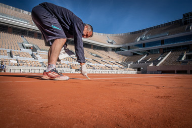 Le personnel d'entretien peint les lignes du court Philippe-Chatrier avant Roland-Garros 2019.