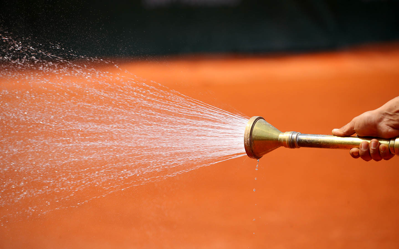Arrosage eau tuyau terre battue Roland-Garros 2018 water