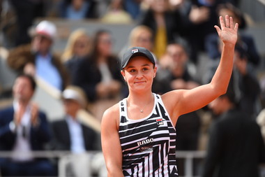 Ashleigh Barty smiling and wawing to the crowd at Roland-Garros 2019