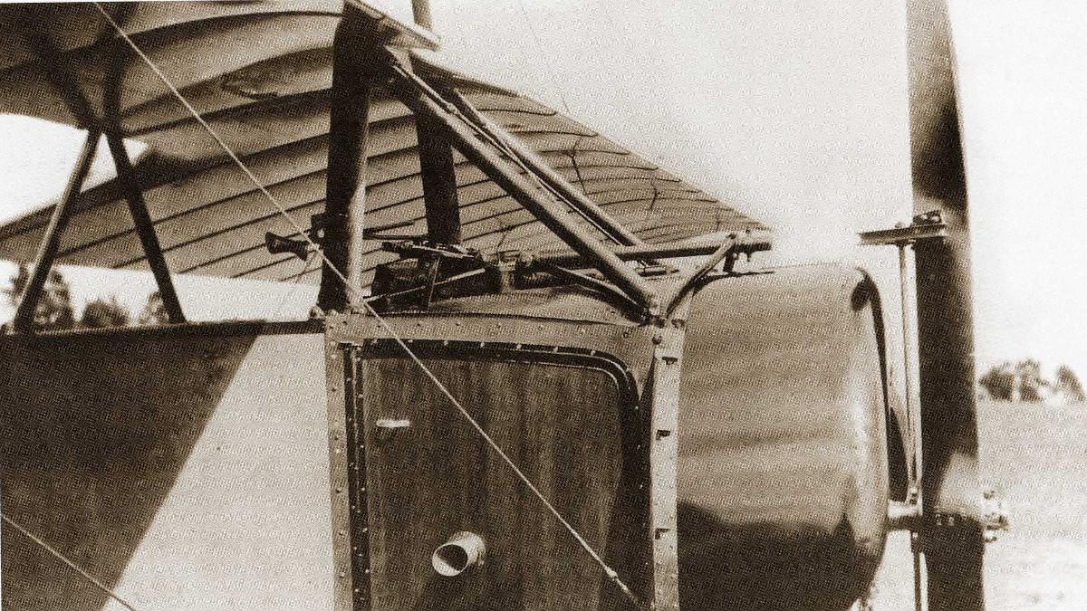 Détail du dispositif du tir à travers l'hélice, équipée de déflecteurs. Villacoublay, 1915