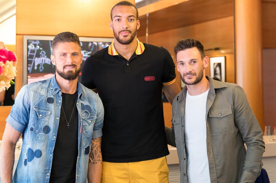 Les footballeurs Olivier Giroud et Hugo Lloris en compagnie du basketteur Rudy Gobert à Roland-Garros 2018.