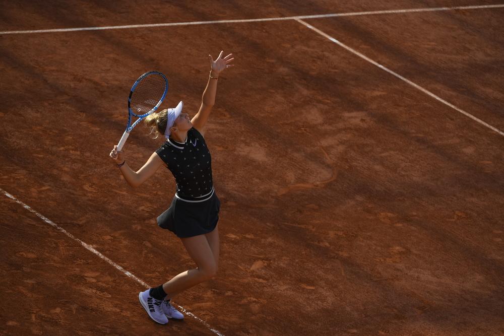 Amanda Anisimova serving Roland Garros 2019