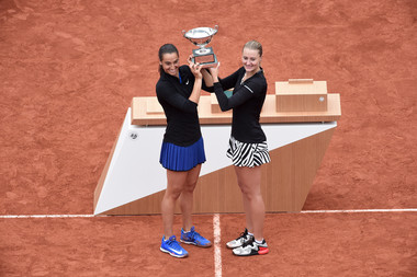 2016 : Kristina Mladenovic et Caroline Garcia remportent le double dames à Roland-Garros face à la paire Vesnina-Makarova