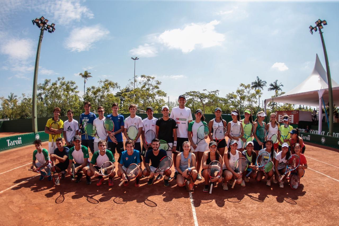 Marcelo Melo with players at the Roland Garros Junior Wild Card Series 2019 in Brazil