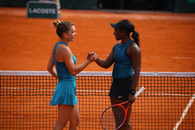 Simona Halep and Sloane Stephens shaking hands at Roland-Garros 2018.